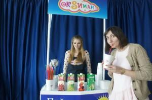 Оксиман угощает кислородом женскую часть компании tut.by